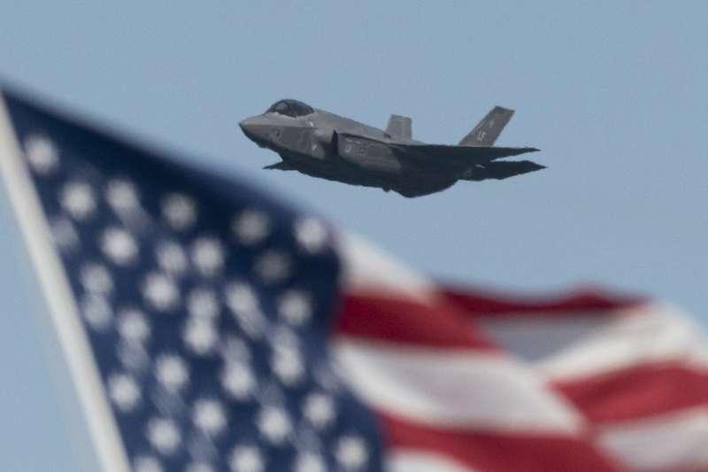 美國德州勞赫林空軍基地上空一架低飛的F35戰機。勞赫林是空軍飛行員培訓基地。(BBC中文網)