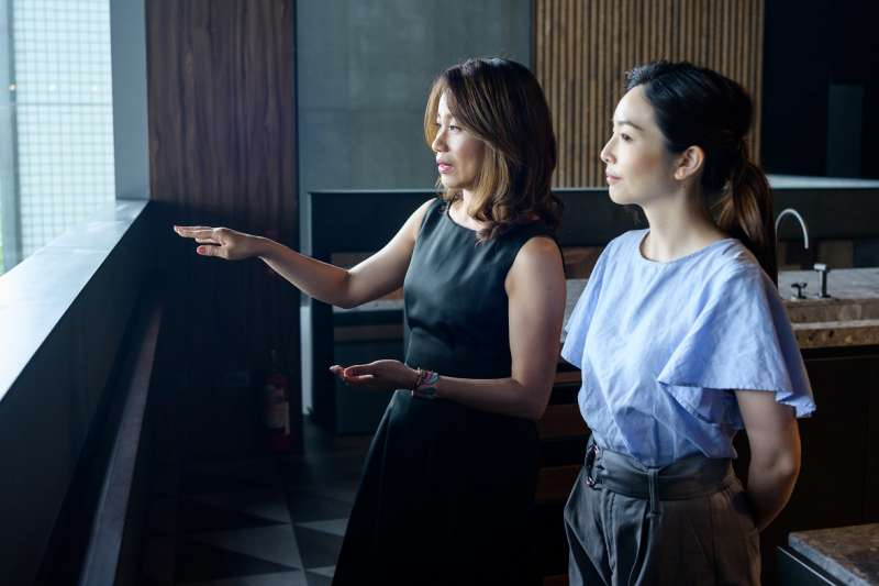 大雅廚具第二代、執行長張怡嘉(左)親自解釋,自家製造大廠如何落實數位轉型。(圖/大雅廚具提供)