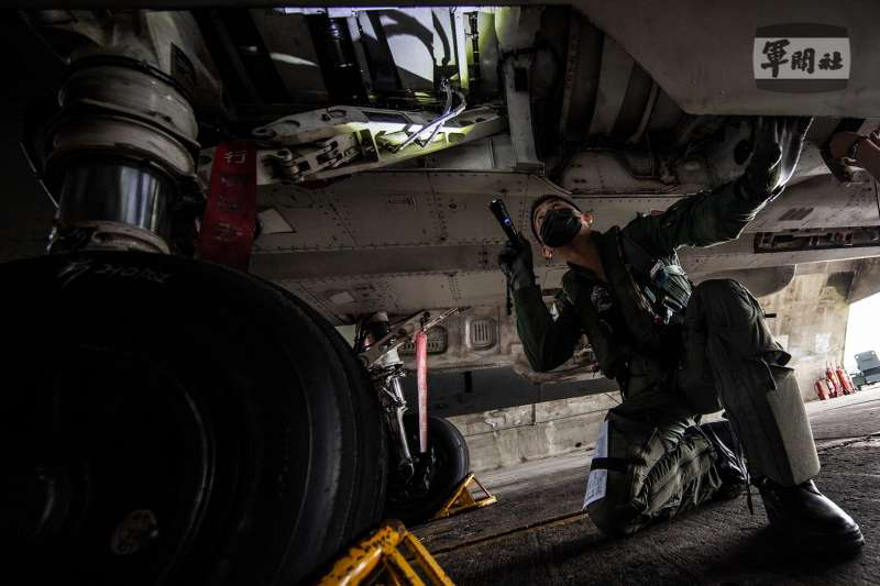 20210917-漢光演習17日邁入第5日,空軍IDF戰機飛行前針對飛機實施360度檢查。(取自軍聞社)