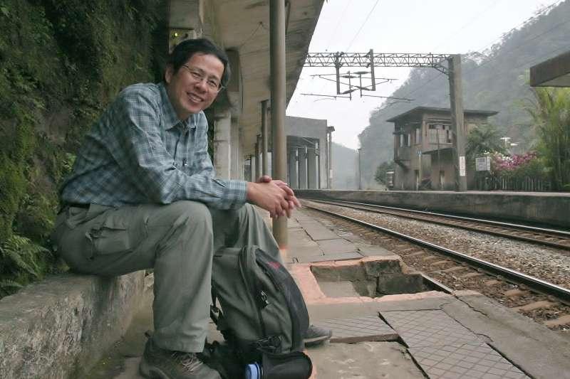 作家劉克襄出書分享自己的鐵道故事,並接受《風傳媒》專訪。(劉克襄提供)