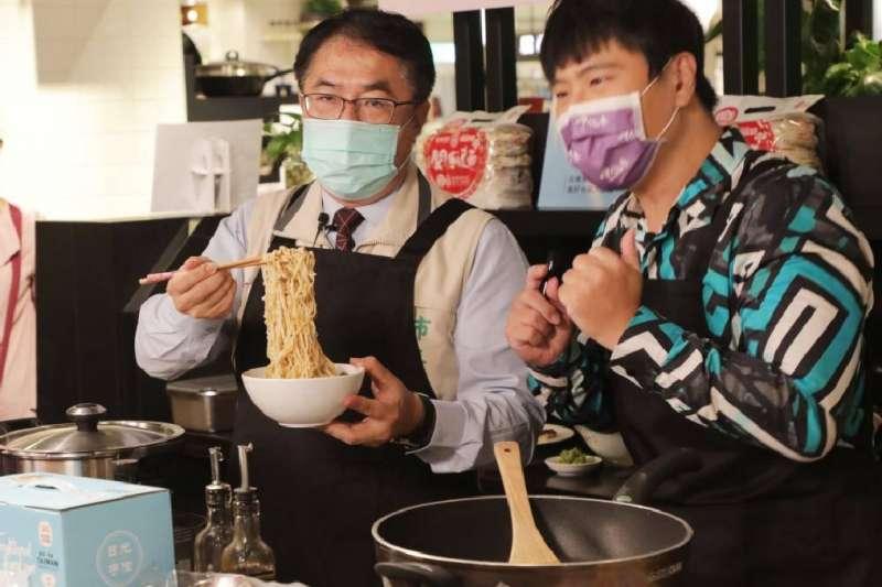 台南市長黃偉哲(左)與節目主持人邵大倫同台直播,推廣台南特色的「防疫在家好廚藝」料理組合。(圖/台南市政府提供)