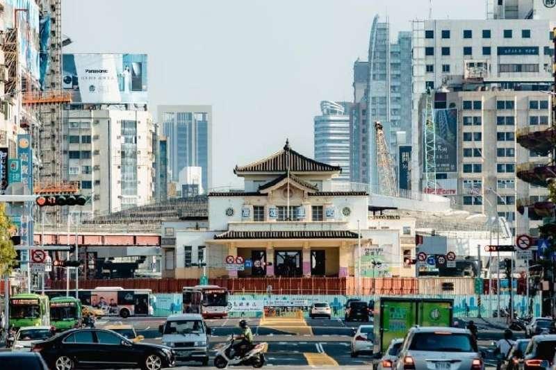 高雄車站已於今年7月26日起慢慢遷移回中軸線上,9月便能遷回永久位址安置。(圖/高市文化局提供)