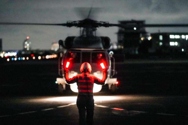海軍再度披露所屬反潛直升機執行夜間航訓及熱加油訓練畫面,強調此「航道順暢」意涵用意明顯。(取自中華民國海軍臉書)