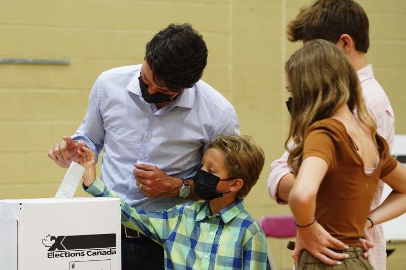 2021年9月20日,加拿大總理杜魯道(Justin Trudeau)攜家帶眷投票(AP)