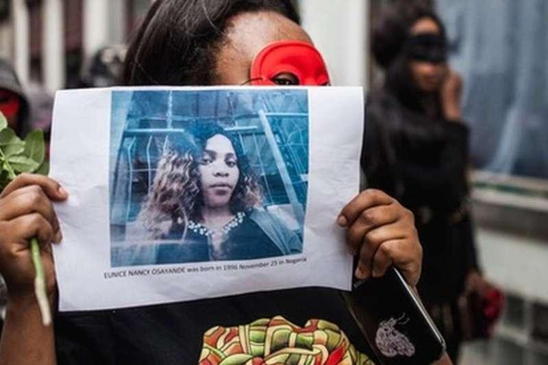示威者舉著受害人尤妮斯的照片。(BBC)