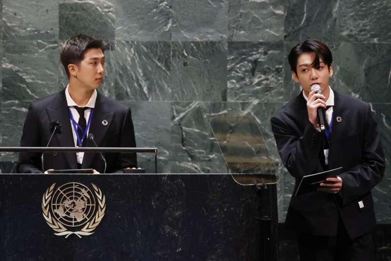 南韓防彈少年團(BTS)金南俊(RM)、田柾國(Jungkook)9月20日在聯合國大會活動演講。(AP)