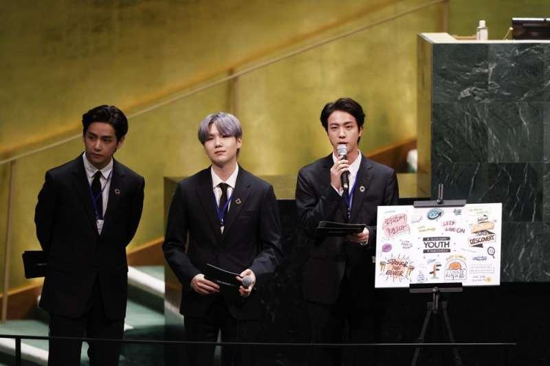 南韓防彈少年團(BTS)金泰亨(V)、閔玧其(Suga)、金碩珍(Jin)9月20日在聯合國大會活動演講。(AP)