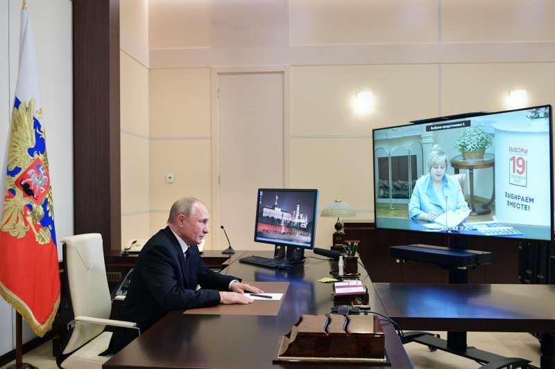 9月20日,俄羅斯總統普京(左)與俄羅斯中央選舉委員會主席潘菲洛瓦透過視訊會面(美聯社)