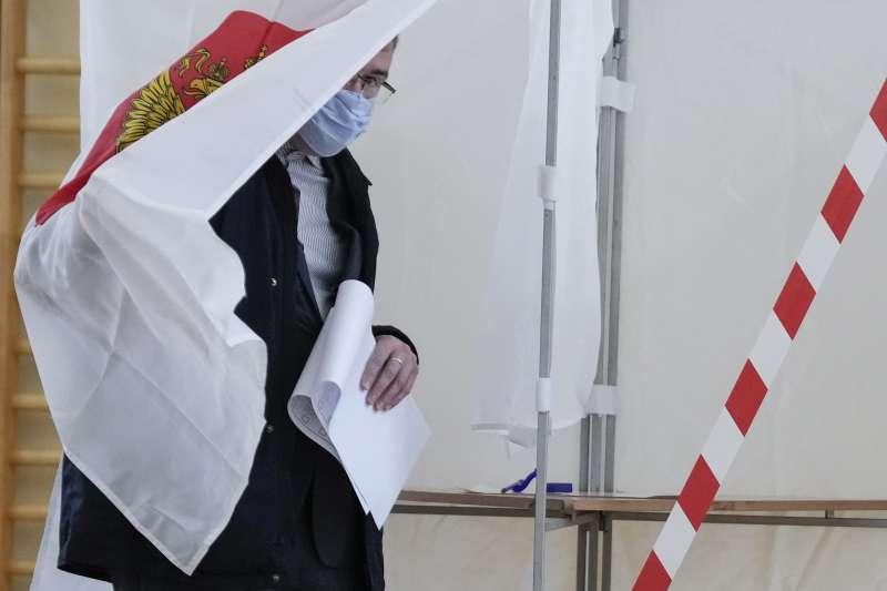 9月17日,俄羅斯莫斯科,一名男子準備投下自己的一票(美聯社)