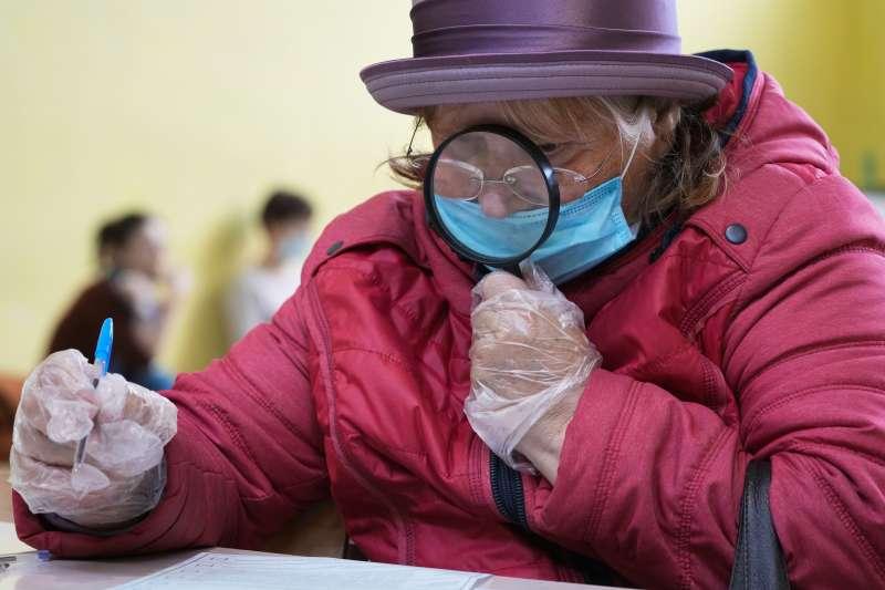9月17日,俄羅斯聖彼得堡,一名婦女正在投票(美聯社)