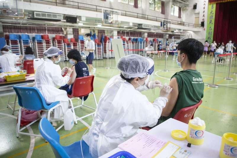 蔡政府疫苗讓職場青年成為「國際疫苗棄兒」,圖為新北市的BNT疫苗校園接種作業。(新北市政府提供
