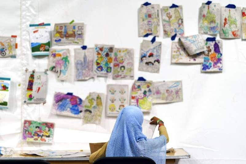 2021年,阿富汗女童在難民營畫畫。(AP)
