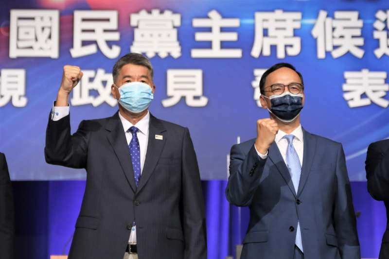 張亞中(左)與朱立倫(右)在9月4日國民黨主席選舉電視政見會合影。(資料照,國民黨提供)