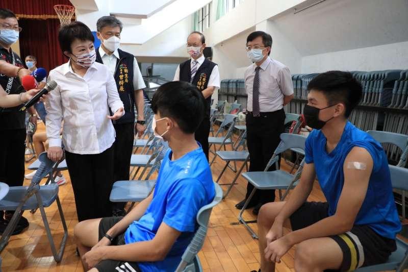 台中市長盧秀燕23日視察忠明高中高中部學生接種covid-19疫苗情形。(圖/台中市政府提供)