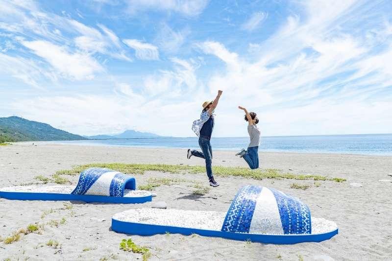 南迴藝術季:台灣藝術家林子堯的拼貼創作《潮˙南》遠看好像大眾熟悉的藍白拖鞋,就是要解放你的雙腳與五感,感受潮南與大海的魅力。(圖/台東縣政府提供)