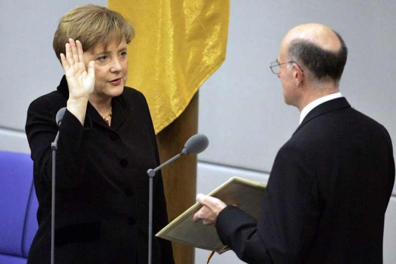 2005年11月22日,梅克爾宣誓就任德國總理(美聯社)