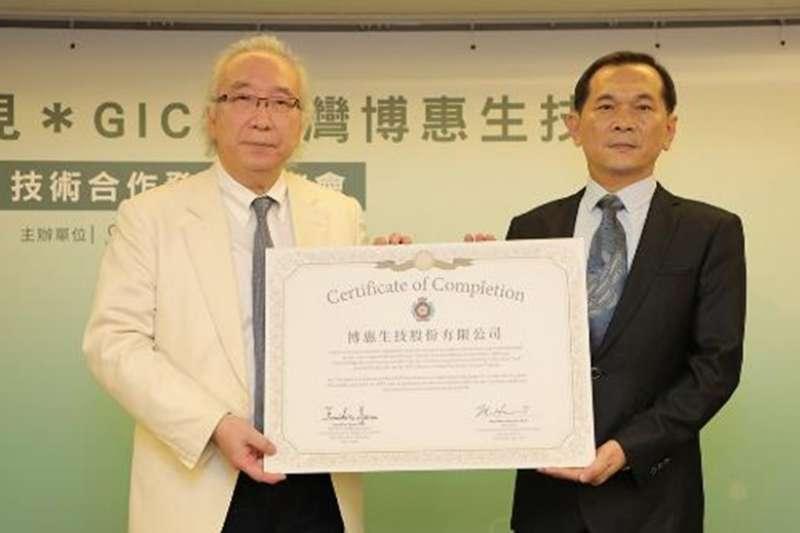 博惠公司取得蓮見技術轉移合格證明,左為日本蓮見賢一郎醫師及郭晶耀董事長。(圖/博惠生技提供)