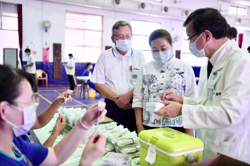 花蓮縣國高中生BNT疫苗接種,縣長徐榛蔚到場視察。(圖/花蓮縣衛生局提供)