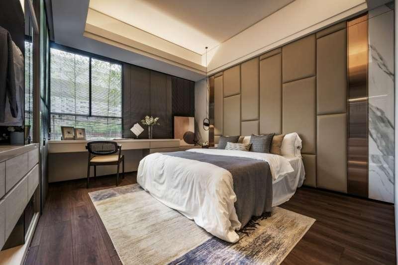 主臥最大特點就是擁有角窗,房內採光充足,衛浴還是四件式。(圖/現場提供)