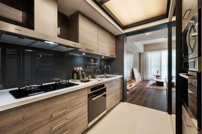 獨立廚房位在進門右邊,連接工作陽台,上下櫃體是德國原廠Impuls木作廚具,配林內三機 ,4房還附電器櫃。(圖/現場提供)
