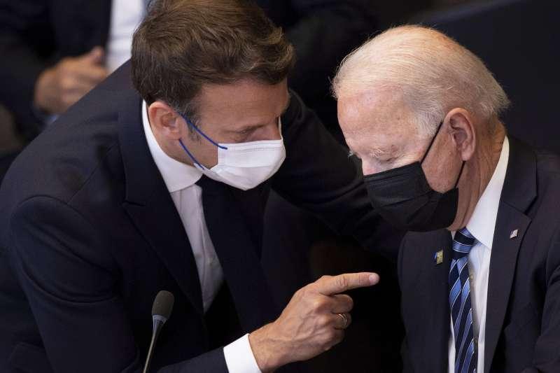 美法關係,2021年6月14日,美國總統拜登與法國總統馬克宏在布魯塞爾舉行的北約峰會上交談。(美聯社)