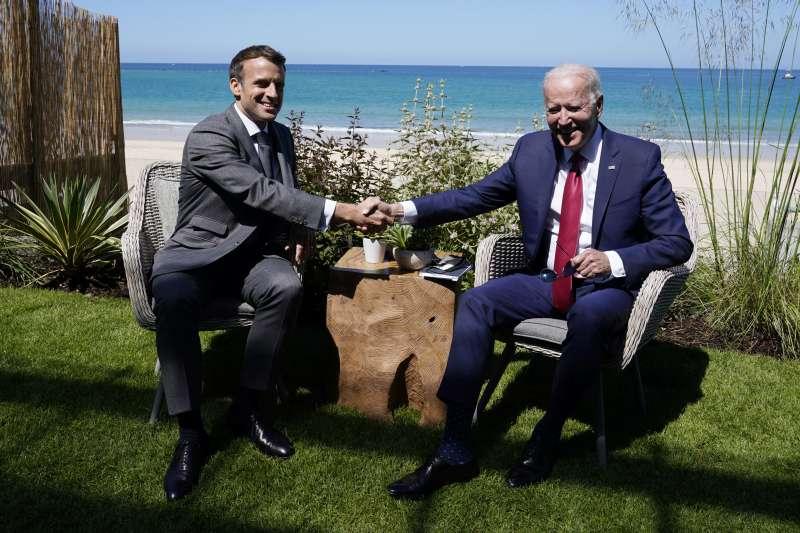 美法關係,美國總統拜登與法國總統馬克宏。(美聯社)