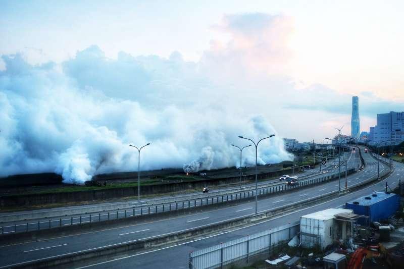 33化兵群煙幕營日前實施發煙作業,官兵操作渦輪發煙機,以煙幕涵蓋目標區,防護重要目標,展現精實訓練成果。(取自中華民國陸軍臉書)