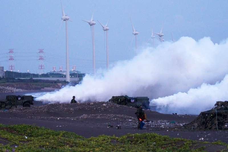 化學兵群轄下的煙幕營,即是透過大面積煙幕施放達到隱蔽己方動態。(取自中華民國陸軍臉書)