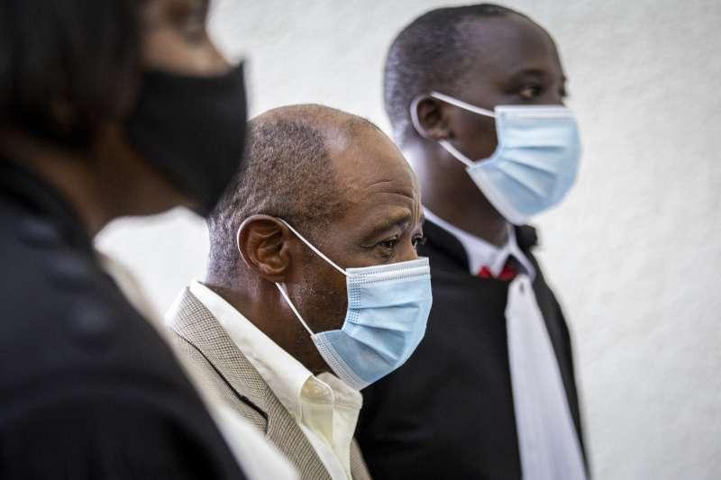 2021年9月20日,盧安達異議人士魯塞薩巴吉納(Paul Rusesabagina,中)遭判重刑25年(AP)