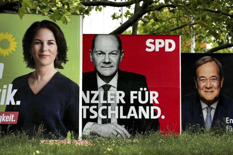 德國大選即將選出下一位德國總理。這是綠黨候選人貝爾伯克、社會民主黨提名人蕭爾茨與基民盟提名人拉謝特的選舉海報。(AP)