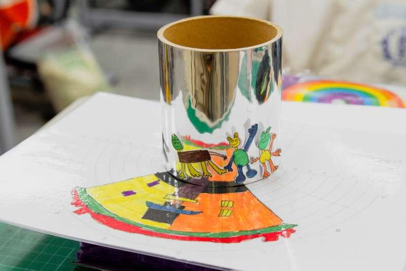 民安國小「變形魔鏡:新莊老街旅遊趣」,跟著藝術家許岑竹認識光線的魔術手法。(圖/新北市政府)