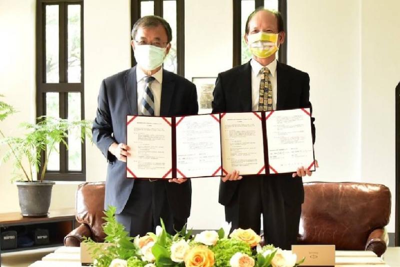 總經理張國明(右)與校長鄭英耀簽署合作意願書。(圖/港務公司提供)