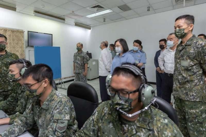 台灣總統蔡英文在空軍防空暨飛彈指揮部所屬部隊視察接戰程序演練。(總統府)