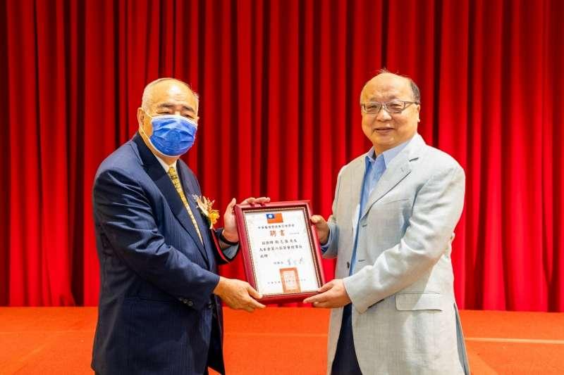 理事長蕭登波(左)邀請胡志強(右)擔任中華醫護暨健康管理學會榮譽理事長。(圖/中華醫護暨健康管理學會提供)