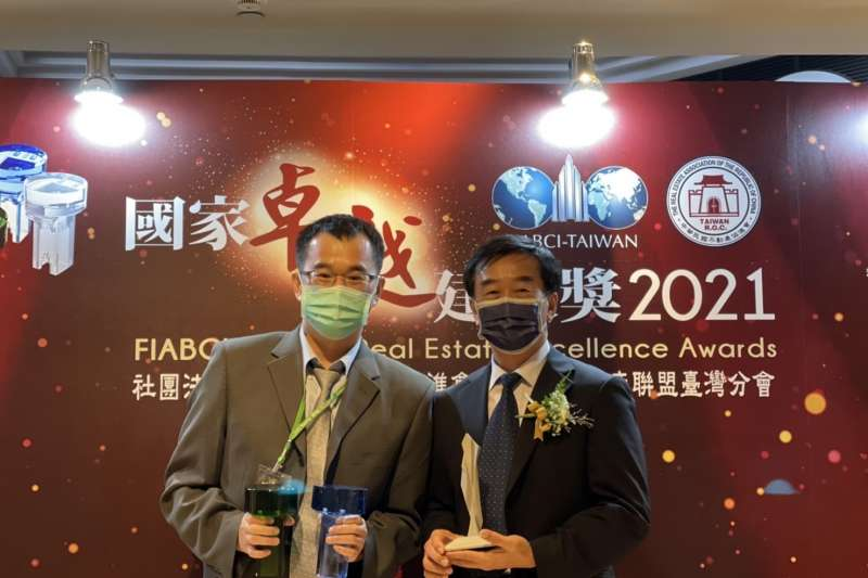 南市府地政局辦理的兩工程,參加「2021國家卓越建設獎」評比,獲選為「最佳規劃設計類-優質獎」,並出席頒獎典禮接受公開表揚。(圖/台南市政府提供)