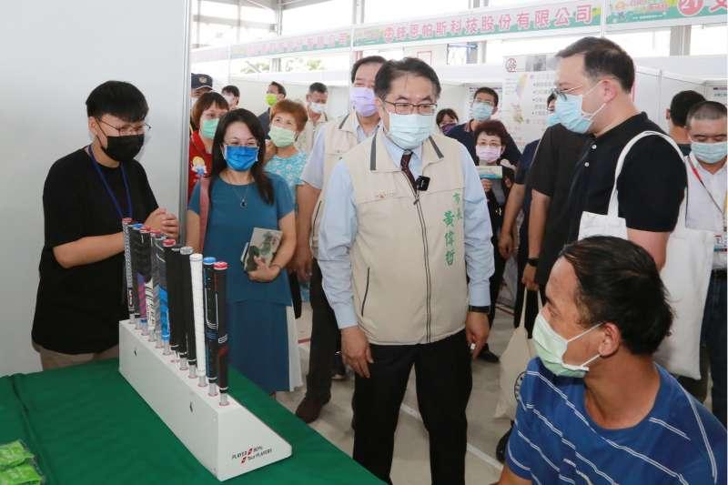 台南市長黃偉哲親臨就業博覽會場,鼓勵各界人才踴躍應徵。(圖/台南市府提供)