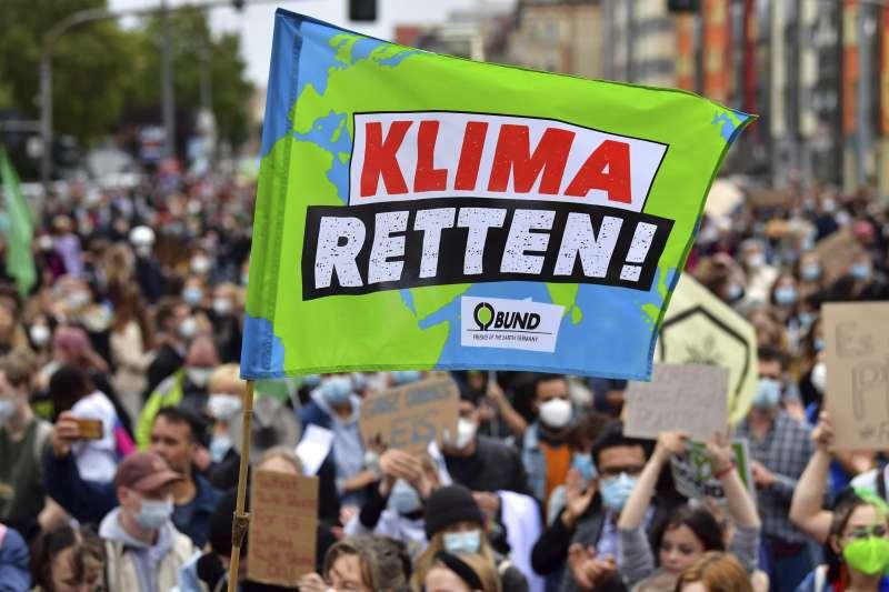 2021年9月24日,「星期五拚未來」,全球成千上萬年輕人走上街頭,要求應對本世紀最大問題:氣候危機(AP)