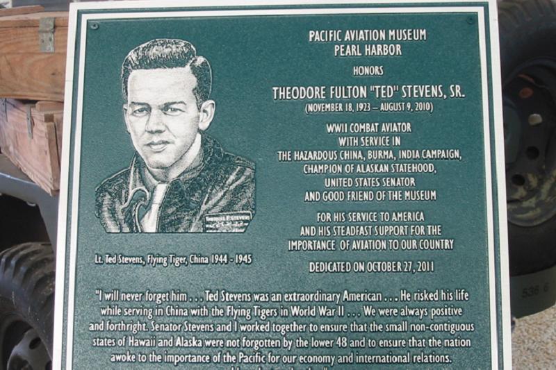 戰後當到參議院臨時議長的史蒂文斯,應該是飛虎老兵中在政壇發展最得意的,不過他終究還是以自己飛行員的身分自豪,在夏威夷的珍珠港航空博物館裡也有他的介紹。(照片來源:Binksternet)