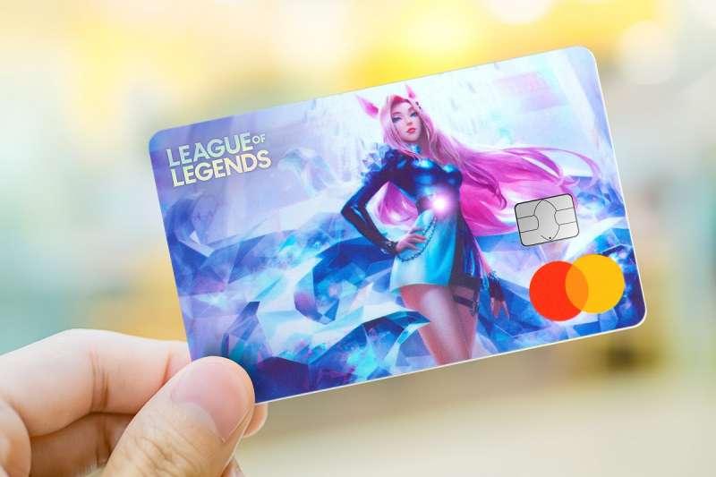 阿璃信用卡卡面,實體交易時阿璃腰帶上的寶石LED會發亮。(圖/中國信託提供)