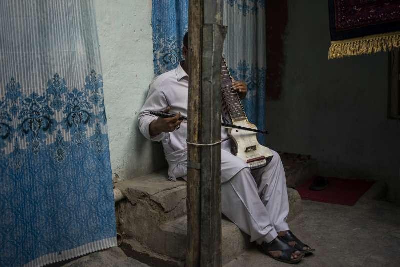 阿富汗喀布爾的一名音樂家(美聯社)