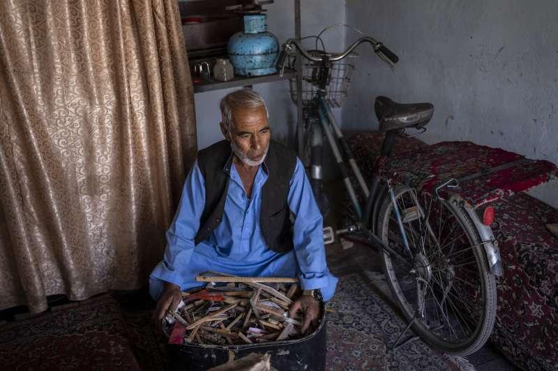 穆罕默德先前在喀布爾老城的卡拉巴特區經營修理樂器的家族企業(美聯社)