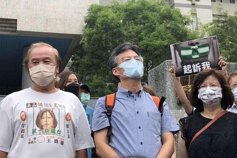 醫師蘇偉碩(中)與妻子王文心博士(右),在高雄地檢署前宣布,為了捍衛言論自由,不會因為被衛福部依《食安法》46-1條提告,而向檢察官說明。(朱淑娟提供)