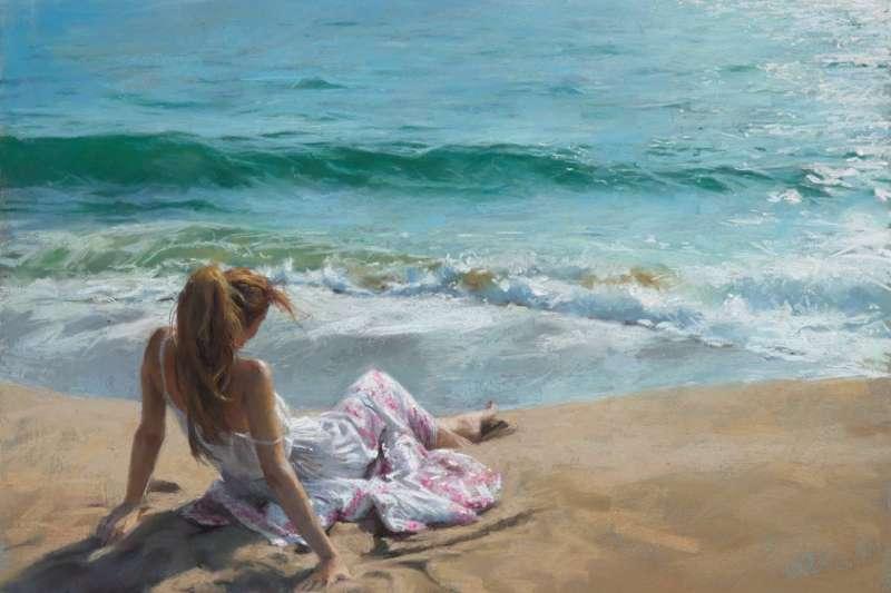 此畫Quietude(寂靜;平靜),畫家文森特(Vicente Romero)利用逆光、對比的技法,將美女與地中海的波光和畫面融合為一體,為2021年作品。(圖/台灣粉彩藝術推廣協會理事長謝夢龍提供)