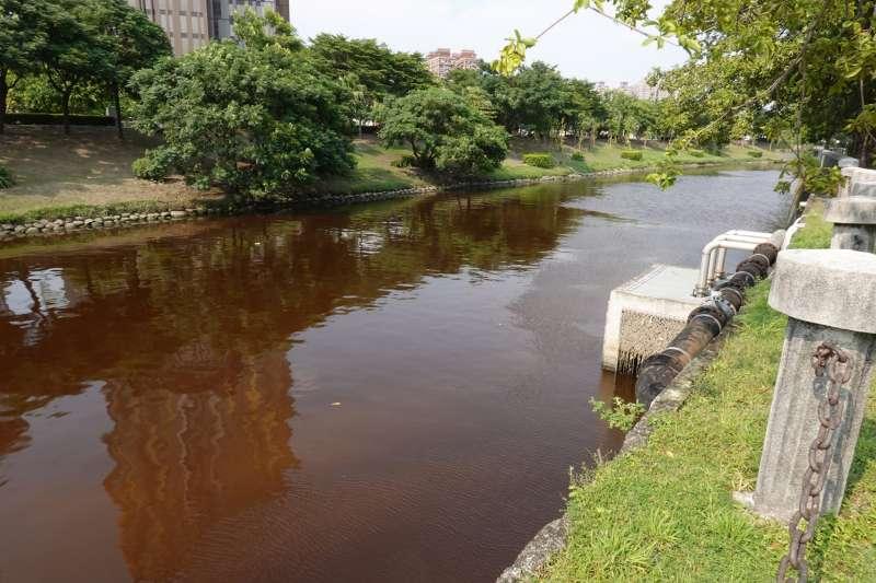 愛河龍華橋及願景橋間水色呈現紅褐色。(圖/高市府環保局提供)