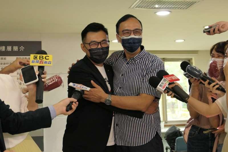 國民黨主席當選人朱立倫(右)主動與現任黨主席江啟臣(左)擁抱。(江啟臣辦公室提供)