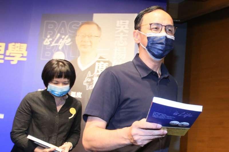 20210928-國民黨主席當選人朱立倫(右)28日出席「吳志揚三度職棒管理學」新書發表會。(柯承惠攝)