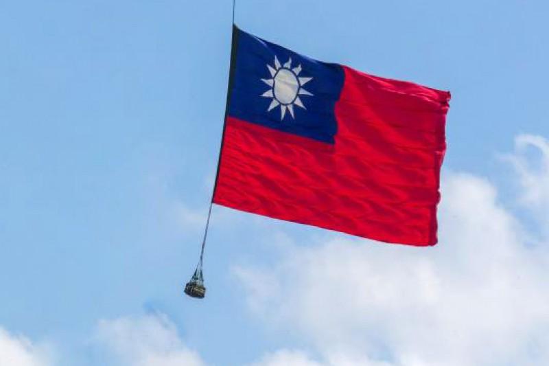 國慶當天除有精彩地空分列式,由CH-47SD負責吊掛的國旗也加大。(取自軍聞社)
