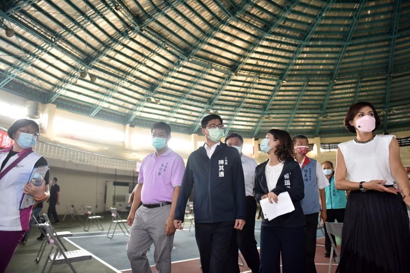 高雄市長陳其邁率市府團隊視察美濃運動中心基地  。(圖/高市府連發局提供)