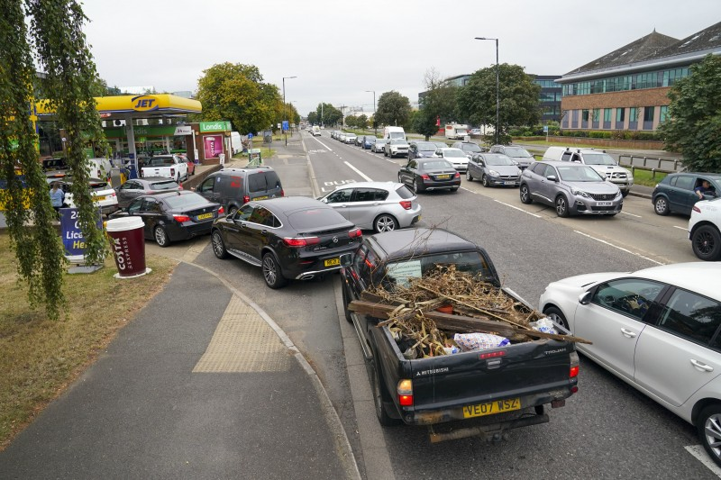9月25日,英國東南部的斯勞鎮,民眾開車排隊等待加油(美聯社)