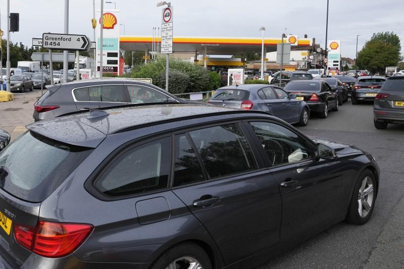 9月28日,英國倫敦部,民眾開車排隊等待加油(美聯社)